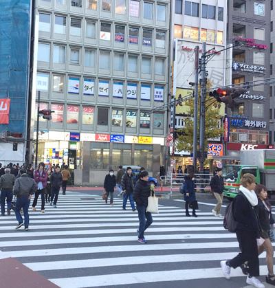 新宿駅南口を出て右に進みます。