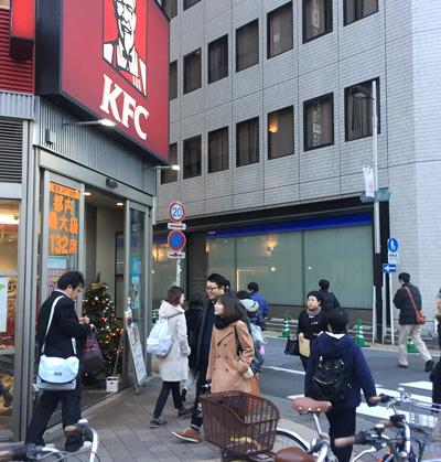 信号を渡りKFCを左に曲がります。