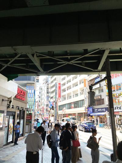"""「高田馬場駅 早稲田口」を出て""""左"""",BECK'S COFFEE、三菱東京UFJ銀行の方へ早稲田通り沿いを進みます。"""